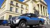 Koronawirus, Warszawa. Z radiowozów nadawane są komunikaty. Policjanci apelują o pozostanie w domach