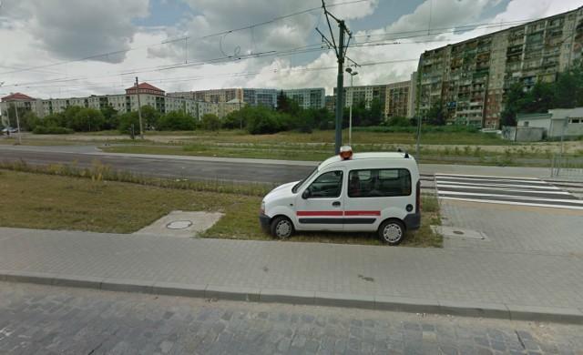 Wrocław, ul. Świeradowska. Zielony teren przy końcowym przystanku tramwaju Plus