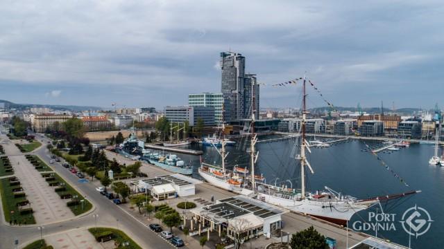Statki i żaglowce w Porcie Gdynia oddały hołd marynarzom i dyspozytorom. 1.05.2020 r.