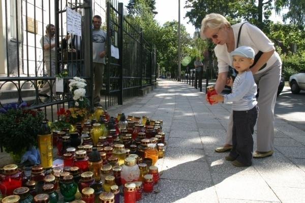 Rok 20041-3 września - Podczas rozpoczęcia roku szkolnego w Biesłanie, Północnej Osetii, uzbrojeni napastnicy opanowali szkołę biorąc kilkuset zakładników - 386 zabitych, w tym 155 dzieci, a 730 rannych.