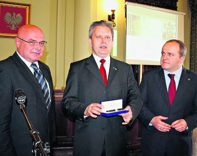 Marcin Szpądrowski z piórem od Lecha Kaczyńskiego