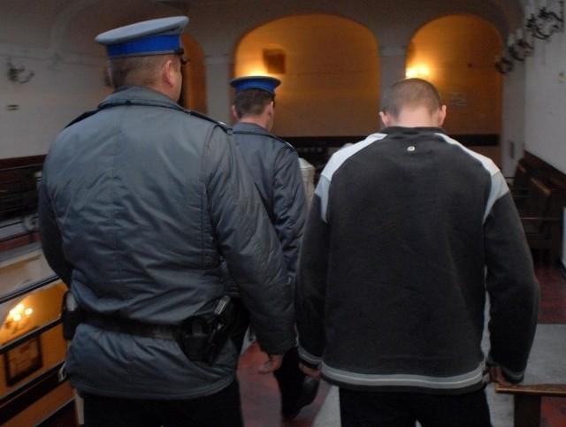 Podczas policyjnego zatrzymania podejrzewany wypróżnił się w spodnie.