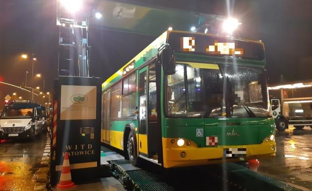 Kontrole autobusów miejskich w aglomeracji śląskiej. Kierowcy zaklejali kontrolki alarmujące o awarii czarną taśmą...