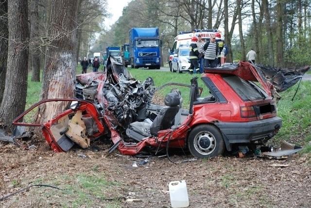 Wypadek w Stasinowie, 24 kwietnia: Doszło do zderzenia forda escorta z nissanem. Nissan spłonął. Zginął 35-letni kierujący.Stasinów: Zderzenie forda z nissanem. Nie żyje 35-latek