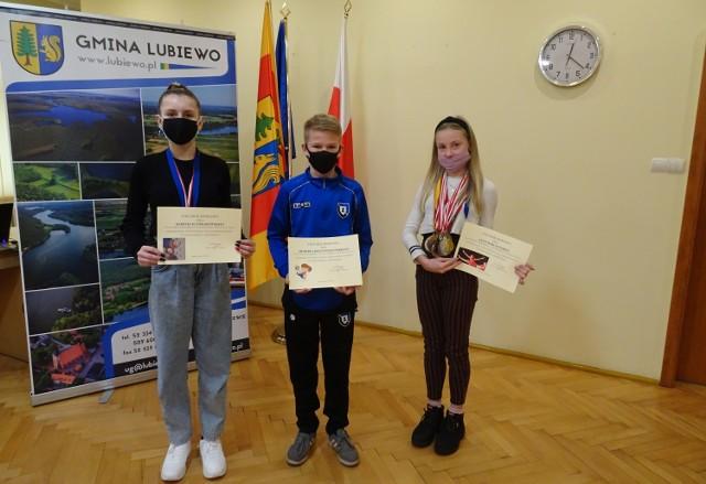 Lena Barczyńska, Kornelia Ziółkowska i Hubert Krzywoszyński to tegoroczni laureaci nagród wójta gminy Lubiewo