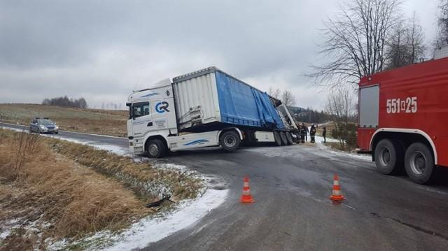 Ciężarówka na skrzyżowaniu drogi powiatowej w Stryszowie wypadła z drogi