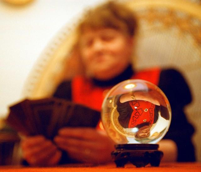 Polacy chętnie chodzą do wróżek i czytają horoskopy
