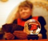 Połowa Polaków czyta horoskopy, co siódmy odwiedził wróżkę
