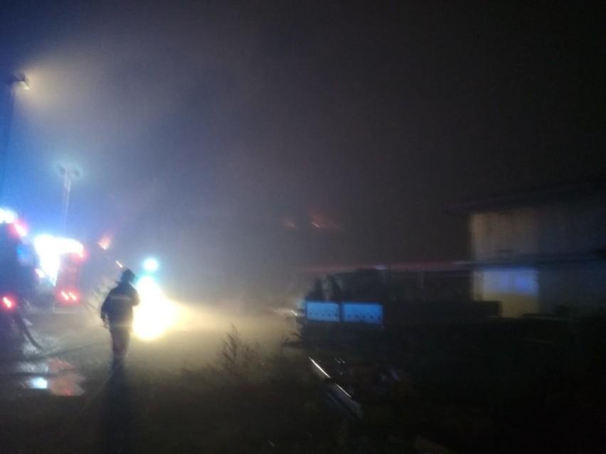 Gawłów. Pożar stolarni, w akcji gaśniczej brało udział 14 zastępów straży pożarnej [ZDJĘCIA]