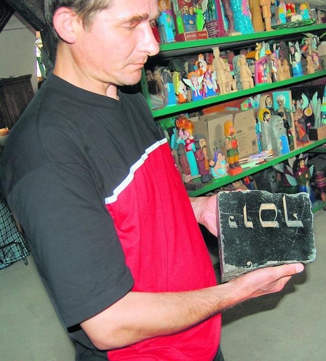 Jaromir Szroeder prezentuje jedną z odnalezionych macew