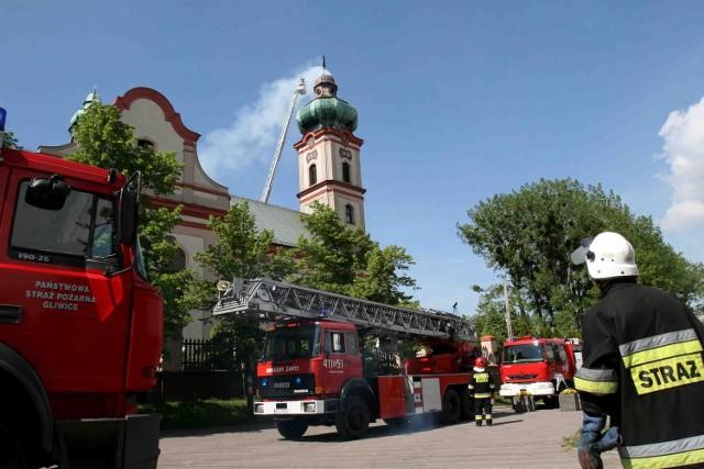 25-metrową wieżę kościoła strażacy gasi ze specjalnych wysięgników