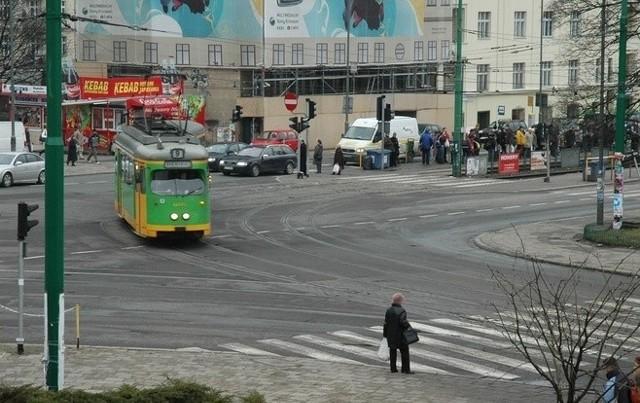 MPK wymienia zwrotnicę na skrzyżowaniu ulic Półwiejskiej oraz Królowej Jadwigi