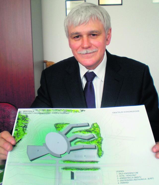 Jan Rychlik, burmistrz Alwerni z planami terenu, gdzie ma powstać Centrum Naukowe