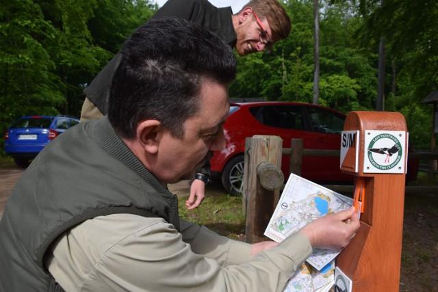 Nadleśniczy Sławomir Cichoń demonstruje, jak oznaczyć na mapie punkt kontrolny