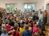 Znana pisarka Barbara Kosmowska spotkała się z dziećmi w bibliotece w Starej Kiszewie [ZDJĘCIA]