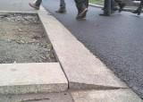 Krawężnik z pułapką na nowym chodniku przy pl. Żołnierza w Szczecinie