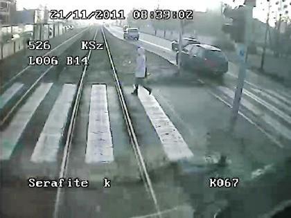 Kadr z filmu ostrzegającego przed wtargnięciami na torowisko