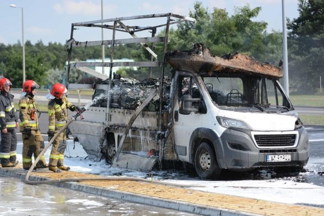 Na ul. Solidarności w Grudziądzu spłonął samochód dostawczy