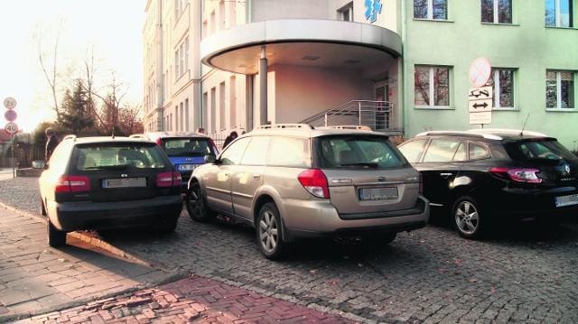 Wśród samochodów, które parkują na podjeździe dla ambulansów, nie brakuje również pojazdów sądeckich lekarzy