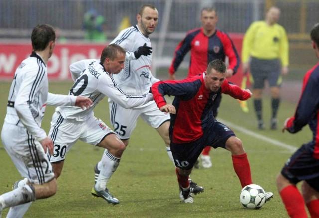 Kamil Wilczek (przy piłce) zadomowił  się w składzie Piasta