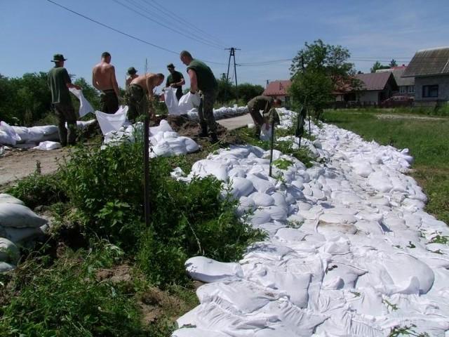 W Borzęcinie wały wytrzymały dzięki pomocy żołnierzy