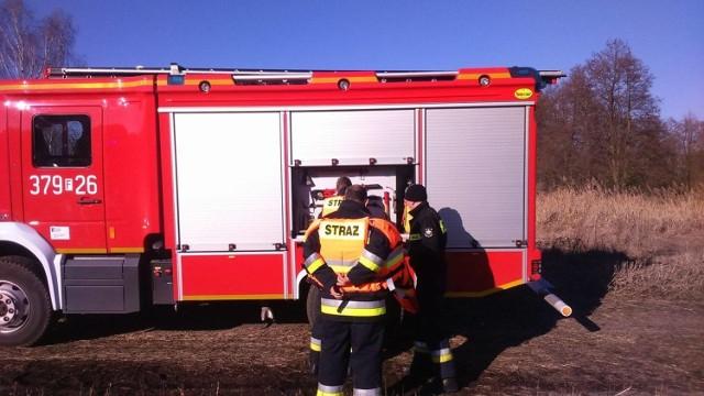 Zwłoki wykuli z lodu strażacy.
