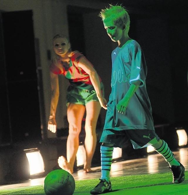 """Scena ze spektaklu """"Football@..."""" Polskiego Teatru Tańca"""