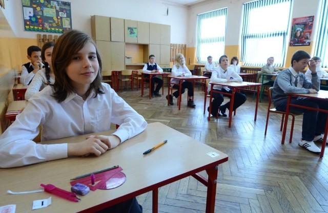 Szóstoklasiści ze Szkoły Podstawowej nr 13 w Poznaniu rozwiązują sprawdzian
