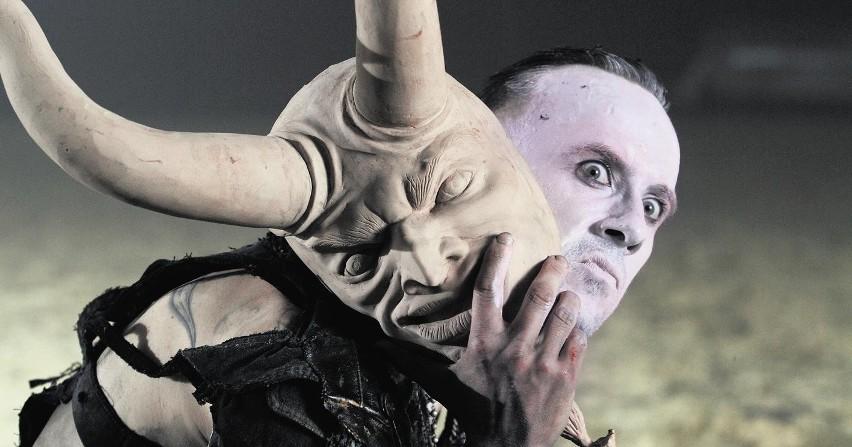 Nergal, czyli Adam Darski występuje obecnie w programie Voice of Poland.