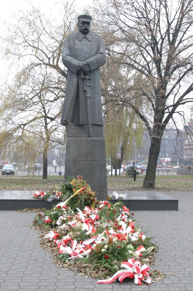 Przed najważniejszymi pomnikami nie może zabraknąć kwiatów anni zniczy
