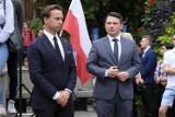 """Bus Krzysztofa Bosaka został zniszczony w Toruniu. Wybite szyby i przebite opony. Premier Mateusz Morawiecki: """"Nie ma na to zgody"""" [ZDJĘCIA]"""