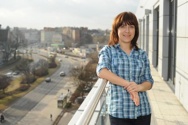 Katarzyna Dżumak na balkonie biurowca Centrum Usług Finansowych Carlsberg w Poznaniu