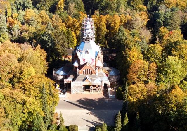 Kaplica na cmentarzu centralnym w Szczecinie i ujęcia z drona jesiennej aury na cmentarzu