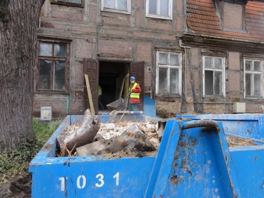 Pruszcz Gd.: Podczas remontu zabytkowego domu odkryli gazetę z 1873 r. i Dziennik Bałtycki z 1986 r.
