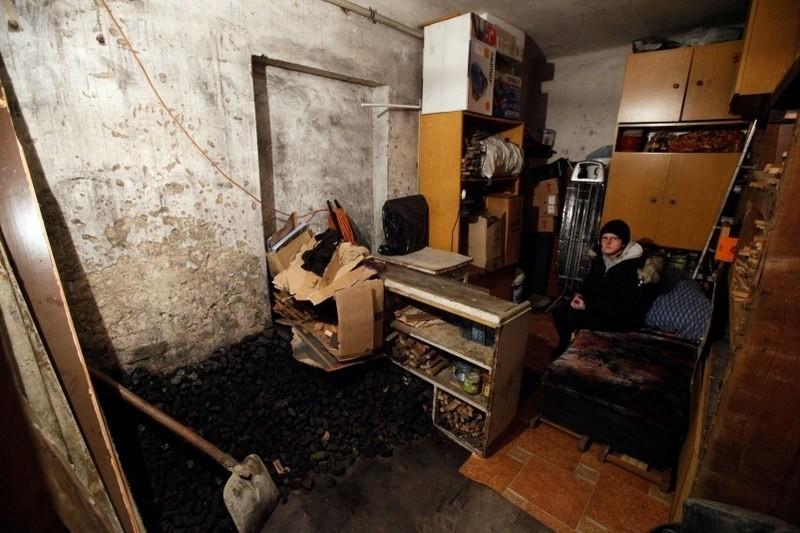 Ewa Kujawa mieszka w komórce na węgiel, która użyczył jej znajomy.