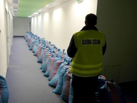 Prawie 2,5 tony nielegalnego tytoniu przejęli na autostradzie A2 celnicy z Wielkopolski.