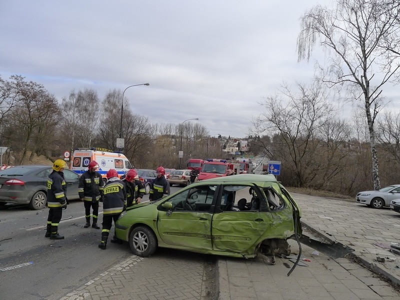 Karambol na al. Warszawskiej: Tir uderzył w auta