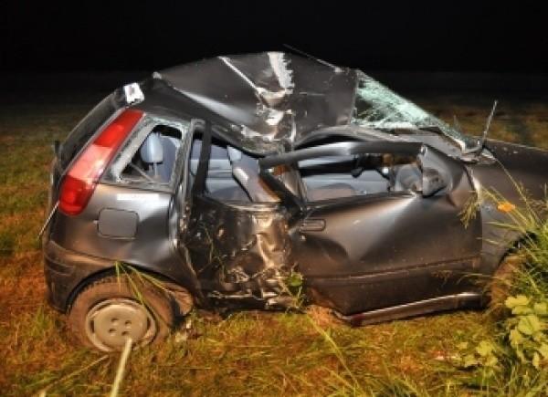 W miejscowości Hrud kierowca fiata uderzył w drzewo