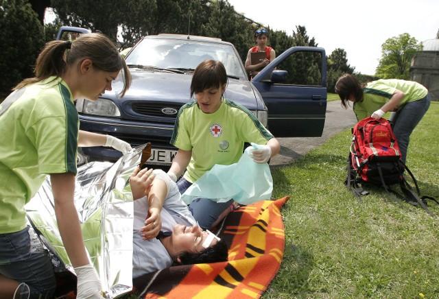 Na zdjęciu: zawody PCK w udzielaniu pierwszej pomocy ofiarom wypadków.