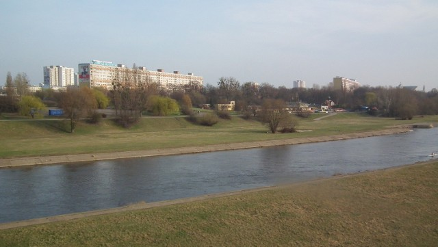 Osiedle Piastowskie - to jeden z bardziej atrakcyjnych adresów w Poznaniu. Położone nad Wartą, ma mnóstwo zieleni, kilka małych i trzy duże, zmodernizowane place zabaw dla dzieci.