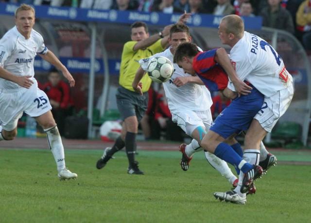 Jak na derby przystało piłkarze Górnika (białe stroje) i Polonii walczyli na murawie nie przebierając w środkach