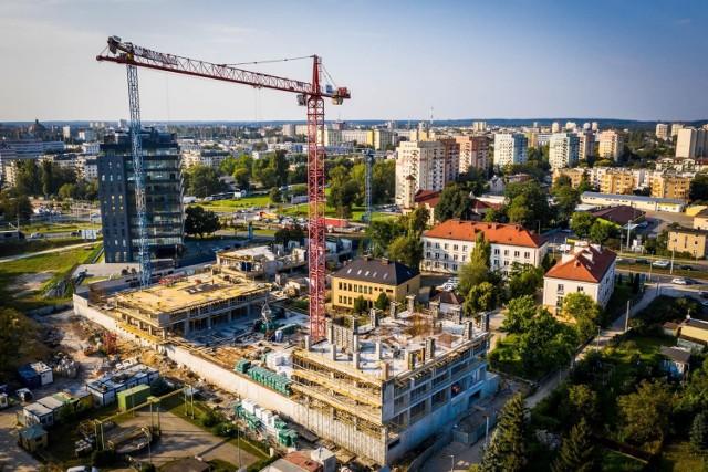 Nad Brdą w Bydgoszczy rośnie osiedle Aura Towers. Stan zaawansowania prac wynosi już 37 procent. Budynki są coraz bardziej widoczne na tle panoramy miasta.   Zobaczcie najnowsze zdjęcia.