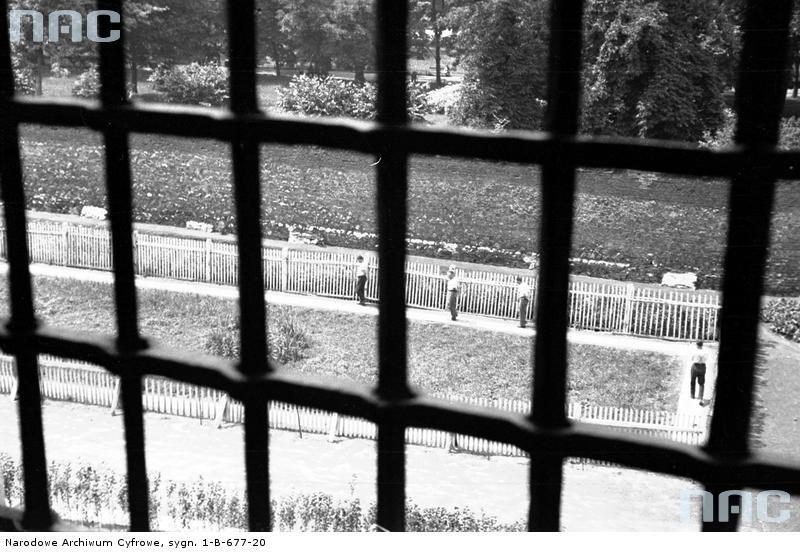 Więźniowie podczas spaceru. Więzienie św. Michała w Krakowie, 1933 rok.http://www.audiovis.nac.gov.pl/obraz/173320/