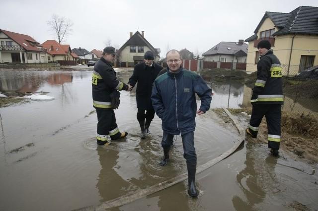 Wiceprezydent Gdańska, Maciej Lisicki oglądał skutki podtopień na Osowej