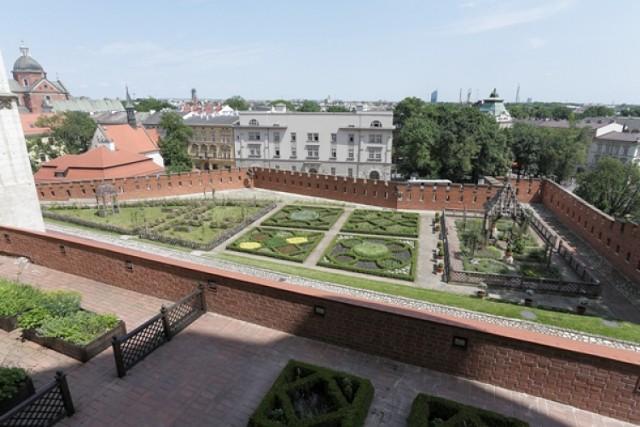 Zamek Królewski na Wawelu, Wawel 5  Budowle i ogrody Wawelu trasa plenerowa  maj – wrzesień czynna codziennie (w dni bezdeszczowe), 11.00-15.00 bilety w kasach lub po wcześniejszej rezerwacji w biurze rezerwacji, tel. (+ 48 12) 422 16 97, fax: 422 64 64  bilety (od osoby): normalny 18 zł, ulgowy 10 zł