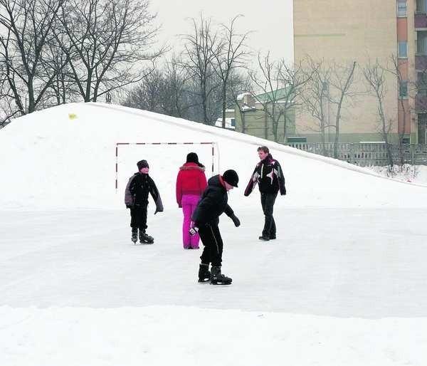 Dzieci i młodzież chętnie ślizgają się na lodowisku na Mijaczowie przy zespole szkół nr 1