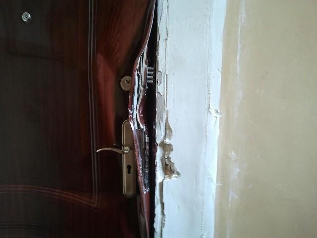Żeby policja mogła wejść do mieszkania przy Taczaka, trzeba było wyważyć drzwi.
