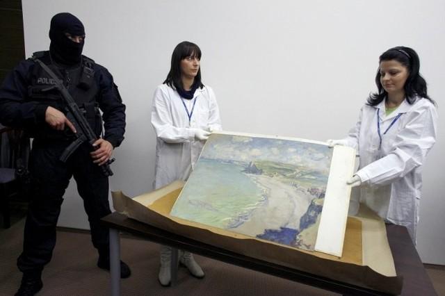 """2000: Gdzie jest """"Plaża w Pourville""""?19 września 2000 roku w Muzeum Narodowym w Poznaniu zaroiło się od policji. Czegoś takiego nikt się nie spodziewał: z muzeum zniknął obraz Claude Monet'a """"Plaża w Pourville"""", w ramy ktoś wstawił nieudolnie wykonaną kopię. Przez lata nie wiadomo było, co się stało z dziełem. Mieszkańca Olkusza, Roberta Z. złapano dopiero na początku 2010 roku (wtedy też odzyskano obraz). Mężczyzna przyznał, że korzystając z nieuwagi pracowników muzeum wyciął obraz z ram, a później ukrywał go w domu rodziców, gdzie czasem chodził go oglądać. Robert Z. wpadł, bo jego odciski palców pojawiły się w policyjnej bazie danych. Podczas pierwszego i ostatniego dnia jego procesu poznański sąd wydał wyrok: trzy lata więzienia, obowiązek naprawienia szkody."""