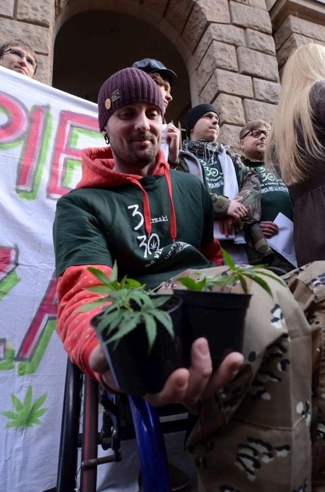 Jakub Szpak w 2006 roku miał wypadek motocyklowy we Francji - to jemu podczas happeningu wręczono marihuanę