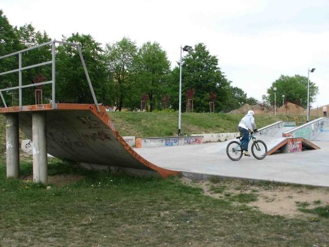 Skatepark przy promenadzie przyciąga cyklistów